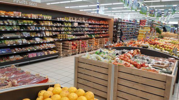 Mobilier présentoir spécial pour le rayon Fruits et légumes du Super U de Houplines